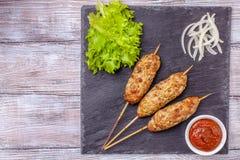 Lulya-kebab Kebab op een stok, gehakt Traditionele Kaukasische schotel Met groene salade, ketchup, kruiden Stock Foto