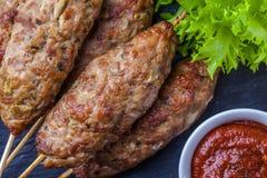 Lulya-kebab Kebab op een stok, gehakt Traditionele Kaukasische schotel Met groene salade, ketchup, kruiden Stock Afbeelding
