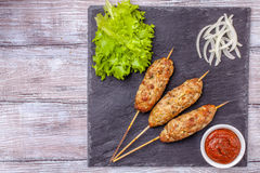 Lulya-kebab Kebab på en pinne, köttfärs Traditionell Caucasian maträtt Med grön sallad ketchup, kryddor Arkivfoto