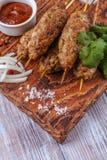Lulya-kebab Shish kebab na kiju, minced mięso Tradycyjny Kaukaski naczynie Z zieloną sałatką, ketchup, pikantność Obraz Stock