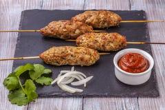 Lulya-kebab Shish kebab na kiju, minced mięso Tradycyjny Kaukaski naczynie Z zieloną sałatką, ketchup, pikantność Fotografia Royalty Free