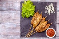 Lulya-kebab Shish kebab na kiju, minced mięso Tradycyjny Kaukaski naczynie Z zieloną sałatką, ketchup, pikantność Obrazy Royalty Free