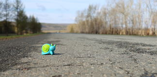 Lumaca del giocattolo sulla strada Immagini Stock