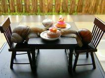 Lumache dell'uva con la mobilia della bambola Immagine Stock Libera da Diritti