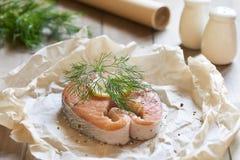 Lumaconi-Teigwaren mit gebackenen Lachsen, Essiggurken und Kapriolen Abschluss oben Schritt 2 Das Backen von Fischen im Pergament Stockfoto