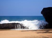 lumahai πέρα από τα κύματα βράχων Στοκ Εικόνα