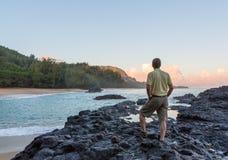 Lumahai海滩考艾岛在与人的黎明 库存照片