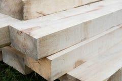 lumber ярд новых стержней стога деревянный Деревянный конструкционный материал тимберса Влияние поля малой глубины Стоковые Фото