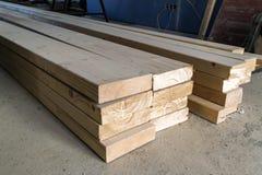 lumber ярд новых стержней стога деревянный Деревянное constr тимберса Стоковое фото RF