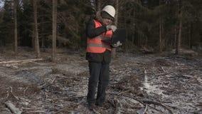 Lumberjack koniec i chodzący używać laptop daleko od zbiory