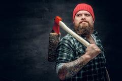 Lumberjack ubierał w koszula zielonych chwytach czerwoną cioskę Obraz Stock