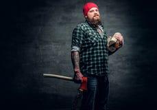 Lumberjack ubierał w koszula zielonych chwytach czerwoną cioskę Zdjęcia Royalty Free