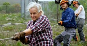 Lumberjacks ciągnie arkanę w lesie 4k zbiory