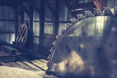Lumbermillzaag in Muren van het loods de Glanzende Zilveren Metaal stock afbeelding