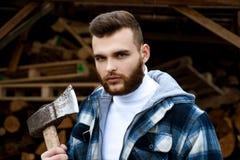 Lumbersexual?? 有胡子的伐木工人方格的衣裳运载轴 锋利的刀片 残酷人收集木柴 ?? 库存照片