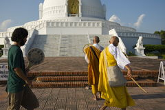 Lumbini, Νεπάλ 17 Σεπτεμβρίου 2013: Οι προσκυνητές προσεύχονται στην παγόδα ειρήνης Lumbini στοκ εικόνες με δικαίωμα ελεύθερης χρήσης