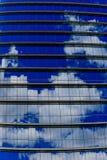 Lumbreras horizontales repetidores y cielo reflexivo Imagenes de archivo