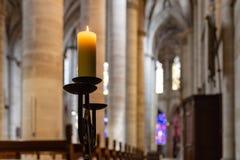 lume di candela in altare della navata della chiesa Fotografia Stock