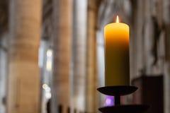 lume di candela in altare della navata della chiesa Immagine Stock Libera da Diritti