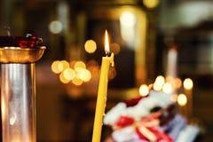 Lume di candela in chiesa cristiana, cerimonia di nozze, glande, altare, Immagini Stock Libere da Diritti