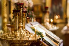 Lume di candela in chiesa cristiana, cerimonia di nozze, glande, altare, Immagine Stock