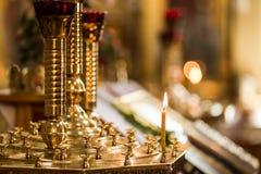 Lume di candela in chiesa cristiana, cerimonia di nozze, glande, altare, Fotografie Stock Libere da Diritti