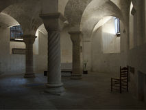 Lume di candela sereno in cripta antica Fotografie Stock