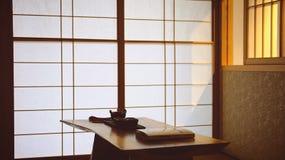 Lumière chaude dans la chambre de style japonais photo stock