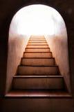 Lumière à l'extrémité de l'escalier Photo stock