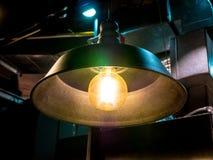Lumière électrique de lampe de plafond dans la tache floue contrastée de fond d'objet abstrait d'art de chambre noire aucune pers Photographie stock libre de droits