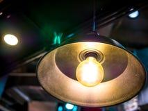 Lumière électrique de lampe de plafond dans la tache floue contrastée de fond d'objet abstrait d'art de chambre noire aucune pers Photos libres de droits