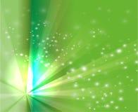 Lumière abstraite d'éclat de rayons sur le fond vert Image stock