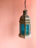 Lumière accrochante décorative colorée contre le mur rose avec l'espace de copie Image stock
