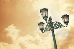 Lumière antique de ville au-dessus de ciel de coucher du soleil Photo libre de droits