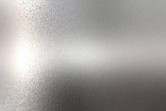 Lumière brillant sur la texture approximative de mur en métal de chrome, fond abstrait photographie stock