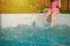 Lumière brillante de coucher du soleil et piscine lumineuse propre Images stock