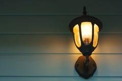 Lumière chaude des lampes externes sur le mur de maison Photos libres de droits