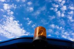 Lumière clignotante jaune sur le fond du ciel bleu Images libres de droits