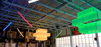Lumière colorée sur le plafond dans une grande salle Photos stock
