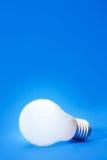 lumière d'ampoule bleue Photo stock
