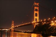 Lumière d'or de nuit de pont en porte d'or Photographie stock