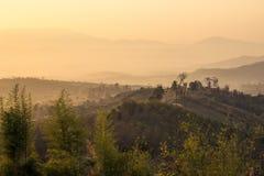 Lumière d'or sur la chaîne de montagne Photos libres de droits