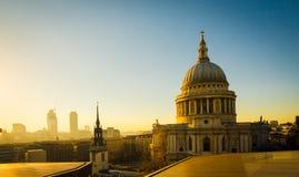 Lumière d'or sur les dessus de toit et le dôme de la cathédrale du ` s de St Paul, L photos stock