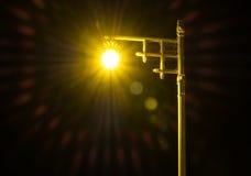 Lumière d'une lampe sur la rue la nuit Images libres de droits