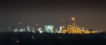 Lumière d'usines chimiques pendant la nuit Photos stock
