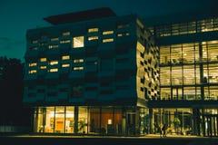 Lumière dans le bâtiment en verre la nuit Images libres de droits
