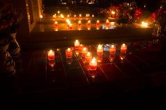 Lumière de beaucoup de bougies rougeoyant la nuit Images stock