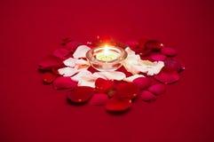 Lumière de bougie avec des roses Photographie stock