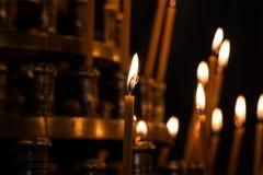 Lumière de bougie dans l'église avec le fond trouble Photo libre de droits