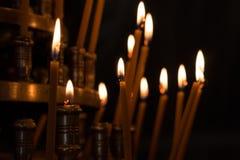 Lumière de bougie dans l'église avec le fond trouble Images stock